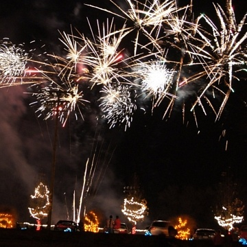<strong>Christmas Parade & Fireworks</strong>